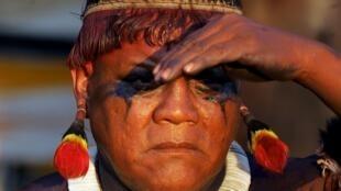 El líder indígena kamayura Aritana Yawalapiti en una imagen de agosto de 2005, durante una ceremonia en la región donde se asienta el pueblo awara, en la Amazonia brasileña