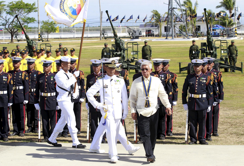 Bộ trưởng Quốc phòng Philippines Voltaire Gazmin duyệt hàng quân danh dự tại nhân 117 năm ngày thành lập Hải quân, 25/05/2015.