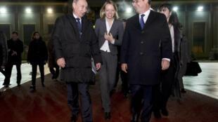 Le président russe Vladimir Poutine et son homologue français François Hollande lors de leur rencontre à l'aéroport international Vnukovo de Moscou, le 6 décembre 2014.