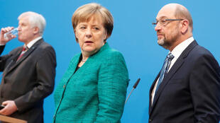 Líder dos social-democratas alemães, Martin Schulz (dir.), provoca primeira crise na suada coalizão da chanceler Angela Merkel. A imagem é de 7 de fevereiro, data do anúncio conjunto da coalizão em Berlim.
