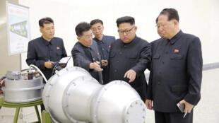 Lãnh đạo Bắc Triều Tiên Kim Jong Un được các nhà khoa học giới thiệu các nghiên cứu vũ khí hạt nhân tại Bình Nhưỡng. Ảnh do KCNA phát hành ngày 03/09/2017.