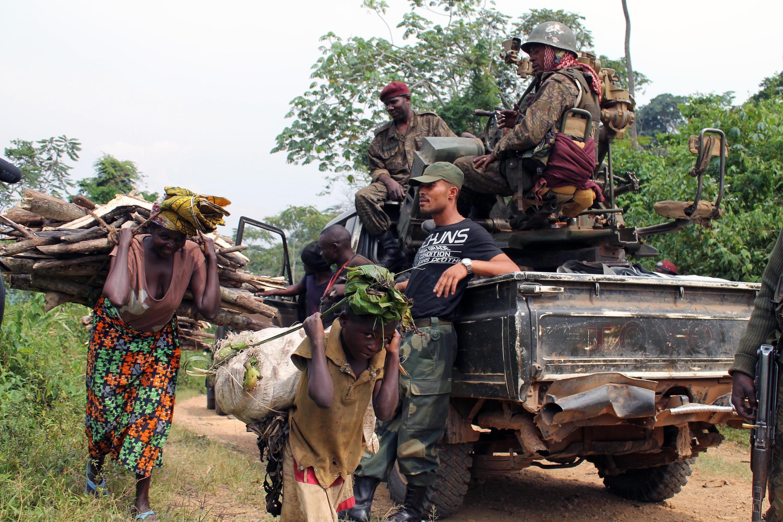 Des civils sont déplacés en prévision des combats des FARDC contre les rebelles de l'ADF dans l'est de la RDC, le 18 janvier 2014.