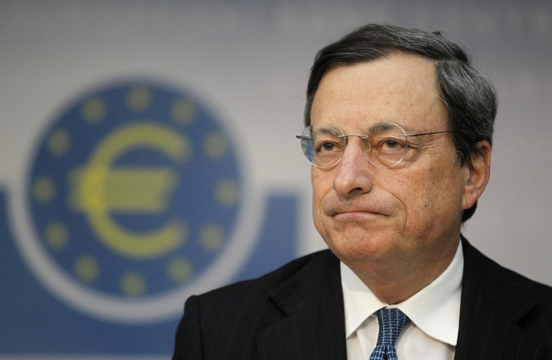 Apesar das medidas de apoio anunciadas pelo presidente do Banco Central Europeu, Mario Draghi (foto), as políticas de rigor continuam prejudicando a retomada da economia nos países da união monetária.