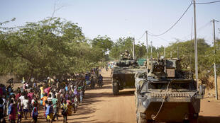 Des soldats de l'armée française appartenant à la force Barkhane patrouillent dans le village de Gorom-Gorom dans des véhicules blindés lors d'une opération dans le nord du Burkina Faso, le 14 novembre 2019.