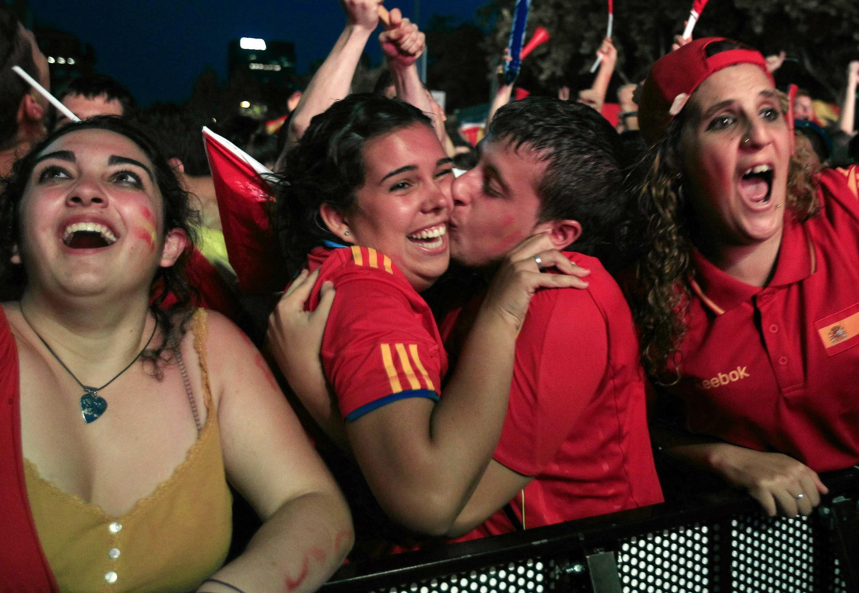 Giới cổ động viên vui mừng tại quảng trường lớn Barcelona (Reuters)