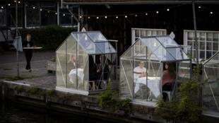 Restaurante de Amsterdam, Mediamatic, con mamparas al lado del canal