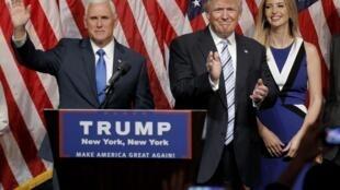 Le candidat républicain à la présidentielle Donald Trump accompagné de sa fille Ivanka (à droite), lors de la nomination de son colistier, le gouverneur de l'Indiana Mike Pence (à gauche), le 16 juillet 2016, à New York.