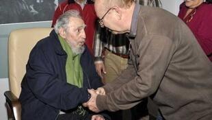 Cựu lãnh đạo Cuba Fidel Castro tiếp  người đứng đầu một hội văn nghệ thân chính quyền, La Habana, 08/01/2014.