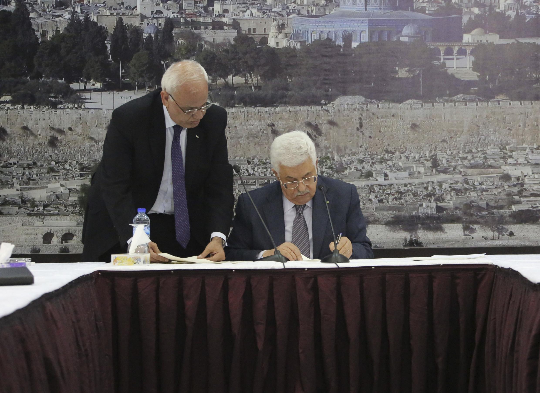 Ramalllah, ngày  31/12/2014. Chủ tịch Palestine Mahmoud Abbas ký hiệp định gia nhập CPI.