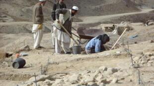 A arqueóloga brasileira Samara Broglia (de azul), em Mes Aynak.