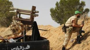 Un insurgé libyen à la sortie de la ville de Zlitan près de Misrata, le 21 juillet 2011.