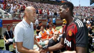 Zinedine Zidane yayin gaisawa da Paul Pogba a Amurka cikin shekarar 2016.