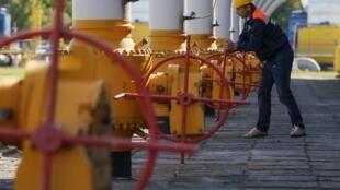 Operário fecha válvula de gás em Striy, no Oeste da Ucrânia. Maio 2014