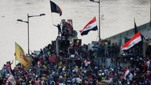 تظاهرات مردم ناراضی در پل جمهوری در بغداد.