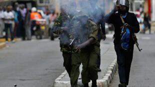 Polisi wa Kenya wakifyatua mabomu ya kutoa machozi dhidi ya waandamanaji wa upinzani. Jumanne, Octoba 24, 2017