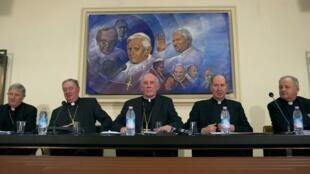 Le cardinal Sean Brady, primat de l'Église irlandaise (c) et d'autres prêtres irlandais lors d'une conférence de presse au Vatican, le 16 février 2010.