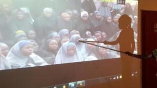 Estudante que escapou do Boko Haram em 2014 identifica suas colegas de classe em vídeo do grupo radical islâmico.