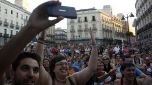 Les «indignados du 15 mai»  prennent part au « débat de l'Etat du peuple de la Nation» sur la place de la Puerta del Sol, à Madrid, le 29 juin 2011.