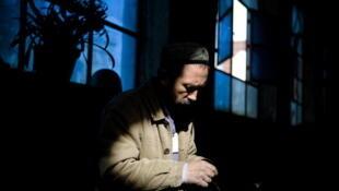 Un artisan ouighour dans une fabrique de couteaux à Kashgar dans la région chinoise du Xinjiang, en 2009 . (Photo d'illustration)