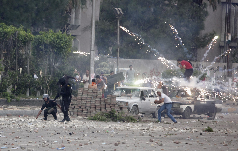 Phe ủng hộ cựu tổng thống Morsi dùng pháo hoa bắn vào phe chống Morsi và cảnh sát, thành phố Nasr, gần Cairo, 27/07/2013.