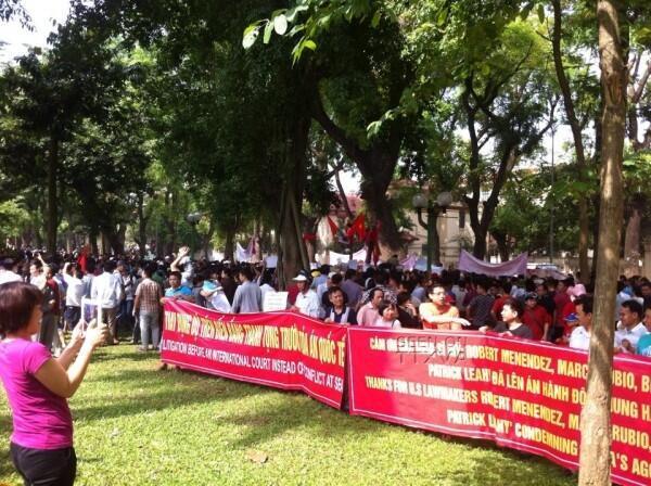 Biểu tình phản đối Trung Quốc đưa giàn khoan HD 981 vào vùng biển Việt Nam, trước đại sứ quán Trung Quốc tại Hà Nội, 11/05/2014 - DR