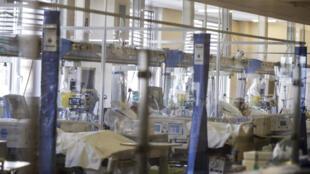 Os pacientes com coronavírus nas camas na UTI do hospital 'Ospedale di Circolo', em Varese, Itália, nesta sexta-feira, 6 de novembro de 2020.