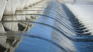 Le cycle de l'eau dans une centrale hydroélectrique. (Image d'illustration)