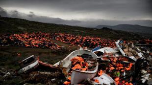 Coletes salva-vidas e restos de embarcações abandonadas na ilha de Lesbos depois da travessia no mar Egeu