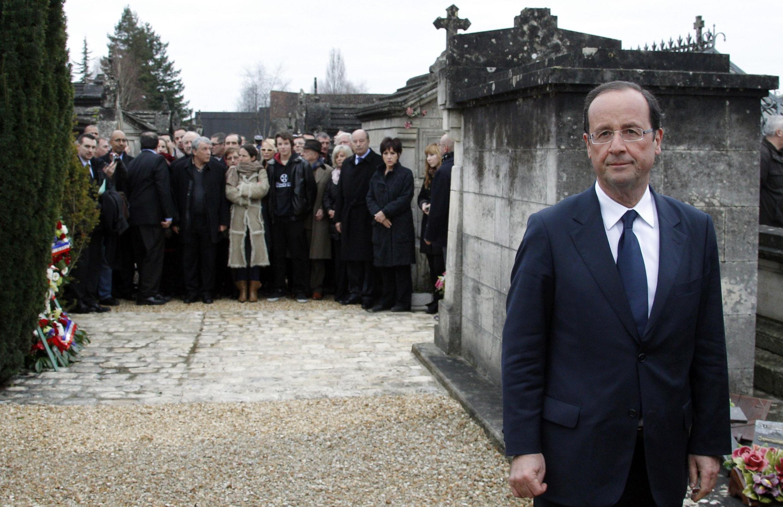 François Hollande, candidato do Partido Socialista às eleições presidenciais francesas, visitou o túmulo do ex-presidente François Mitterrand em Jarnac, neste domingo; a diferença entre ele e Nicolas Sarkozy está caindo nas pesquisas de opinião.