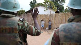 18 mai 2015, Nyunzu, Katanga, RD Congo : Des enfants saluent des Casques bleus qui montent la garde dans la localité.