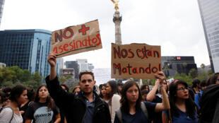 La desaparición de los tres jóvenes generó numerosas protestas en el estado, organizadas principalmente por estudiantes que exigían su retorno con vida y se quejaban de la corrupción de las autoridades.