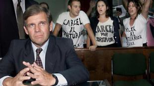 L'ancien officier de marine Alfredo Astiz, surnomé «l'Ange blond de la mort»,  lors du début de son procés le 25 février 2000, à Buenos Aires.