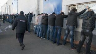 Полиция задерживает мигрантов на овощной базе в Бирюлево, Москва, 14 октября 2013.