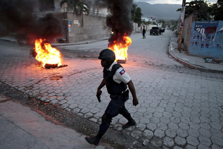 Patrouille de policiers lors d'une manifestation à Port-au-Prince. Photo datée de 2015.