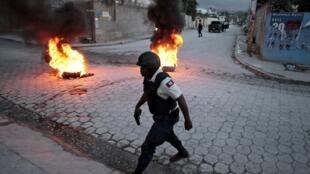 Patrouille de policiers lors d'une manifestation à Port-au-Prince qui a eu lieu après l'annonce des résultats préliminaires de la présidentielle en Haïti, le 5 novembre 2015.