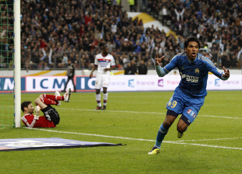 O brasileiro do Olympique de Marseille Brandão comemora o gol que garantiu o título da Copa da Liga.