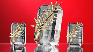 Modelos da Palma de Ouro da edição de 2007: no centro, o prêmio de melhor filme ao lado dos troféus de melhor ator e atriz.