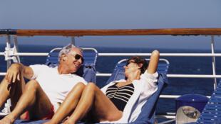 Una pareja de vacaciones en un crucero.