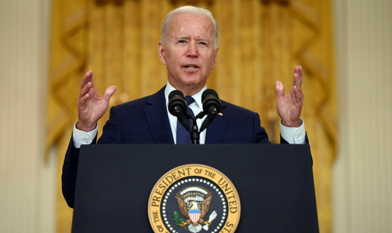 El presidente estadounidense Joe Biden habla en la Casa Blanca el 26 de agosto de 2021