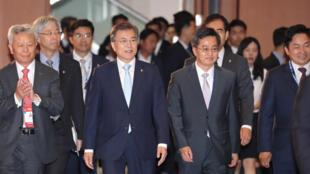 圖為韓國總統文在寅參加亞投行開幕式照片