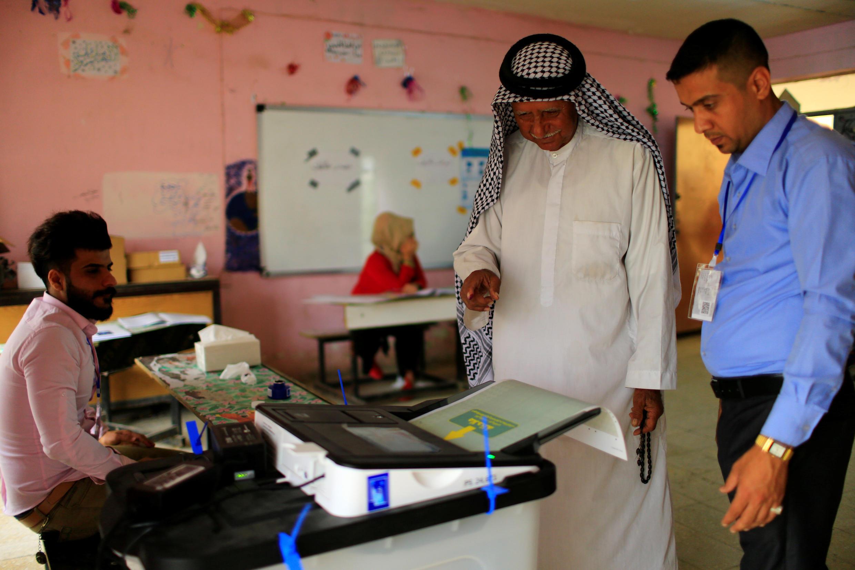 Eleitor iraquiano vota em uma seção eleitoral do bairro de Sadr, em Bagdá.