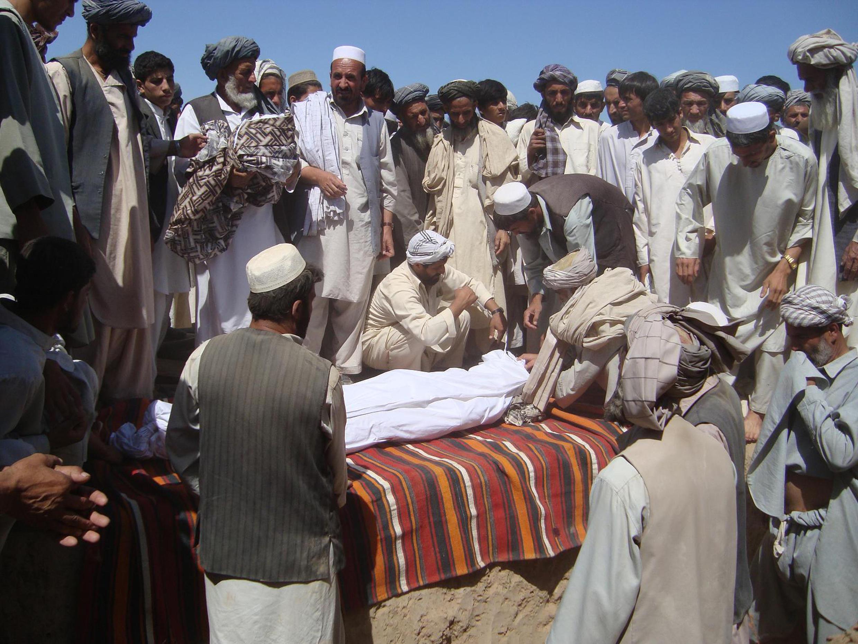 Cette photo diffusée par le gouvernement afghan après un bombardement survenu dans le Parwan (nord de Kaboul) avait été en fait prise en 2009 par l'AFP dans une autre province du pays.