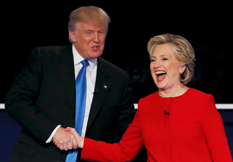 Bà Hillary Clinton (P) bắt tay ông Donald Trump, sau cuộc tranh luận đầu tiên, tại đại học Hofstra, New York, Mỹ, ngày 26/09/2016