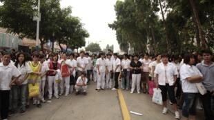 Công nhân hãng Honda tại Quảng Đông đình công và tập hợp bên ngoài nhà máy ngày 11/06/ 2010.