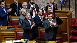 Alexis Tsipras y miembros de su gobierno aplauden tras la votación, este 25 de enero de 2019 en Atenas.