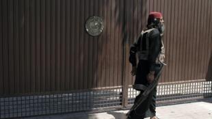 Un garde armé devant la maison d'un candidat du Parti national Awami, le 2 mai 2013.