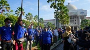 Partisans de l'ancien Premier ministre malaisien Najib Razak devant le tribunal de Kuala Lumpur, le 28 juillet 2020.