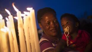 Des Sud-Africains se recueillent en hommage à Nelson Mandela.