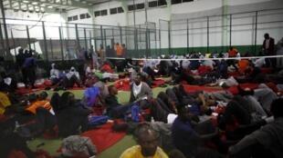 Inmigrantes africanos rescatados cerca de las costas del sur de España, son acogidos en un centro deportivo de Tarifa, el 13 de agosto de 2014.