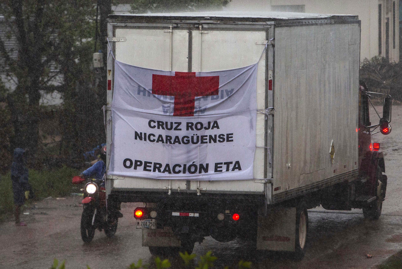 Un camión de la Cruz Roja circula por Puerto Cabezas (Nicaragua) el 16 de noviembre de 2020, mientras el huracán Iota avanzaba por la frontera con Honduras y tras el paso devastador del ciclón Eta por Centroamérica apenas dos semanas antes